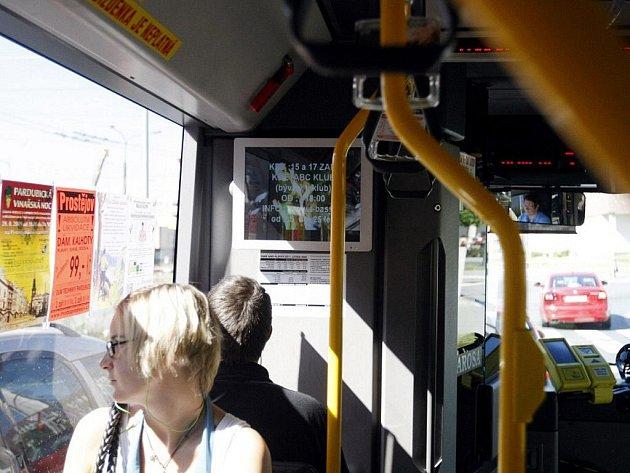 Na obrazovkách v autobusech městské hromadné dopravy budou běžet reklamy. Dopravní podnik je však využije i ke zlepšení informovanosti cestujících.