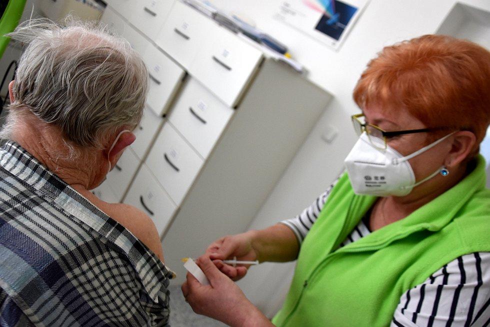 Lékařka Milena Mejzlíková v Krouně ve středu začala s očkováním seniorů proti covidu.