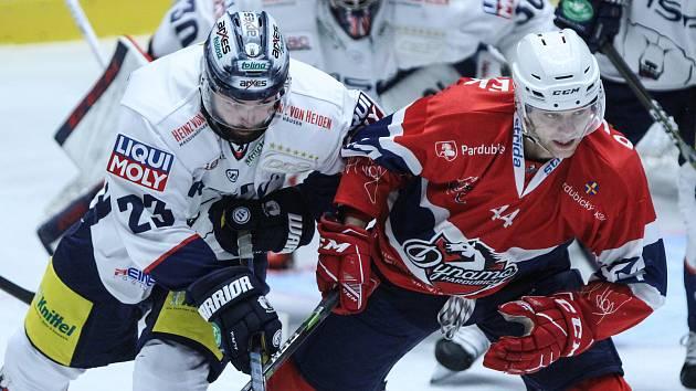 Hokejové utkání Memoriálu Zbyňka Kusého Dynamo Pardubice (v červeném) a Eisbären Berlin (v bílém).