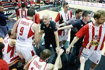 Basketbalové utkání Kooperativy NBL mezi BK JIP Pardubice (v červenobílém) a mmcité1 Basket Brno (v modrém) v pardubické hale na Dašické.