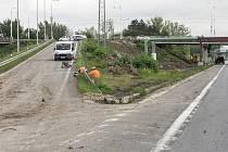 Sjezd z nadjezdu u Globusu na Hradubickou silnici směrem na Pardubice v průběhu rekonstrukce.