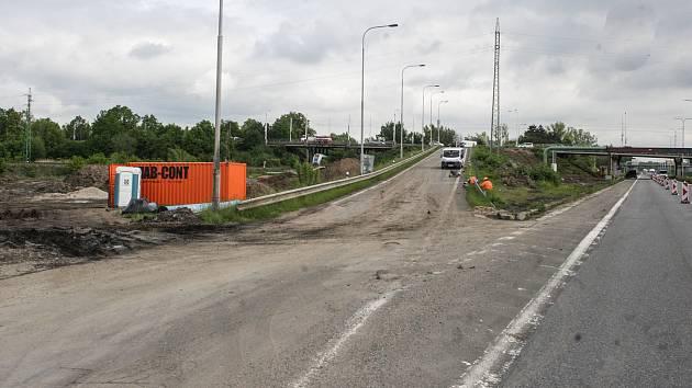 Sjezd z nadjezdu u Globusu na Hradubickou silnici směrem na Pardubice je uzavřený kvůli stavebním pracím.