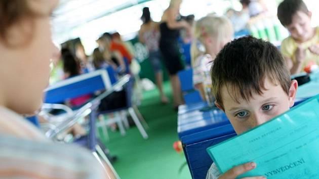 Žáci zdechovické školy dostaly svá vysvědčení v předstihu na palubě parníku