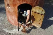 Mladík s vodní dýmkou, kterou kouřil v dětském domečku