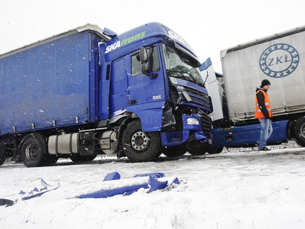 V kopci za Ostřetínem se srazily kamiony. Kolony měří kilometry