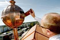 Místostarosta Lázní Bohdaneč Miloš Karafiát vkládá z vysokozdvižné plošiny pouzdro se vzkazem do věžičky na budově školy. Otvor byl poté uzavřen. Otevřou tubu budoucí generace? A kdy asi?