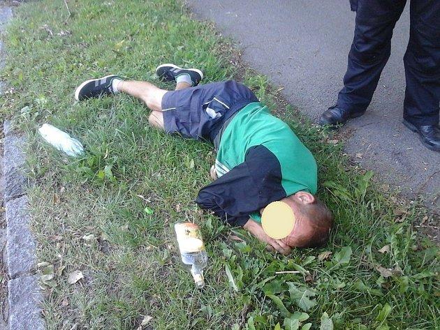 Doslova gumový byl jeden z opilců, kterého strážníci v Pardubících sbírali ze země o uplynulých svátečních dnech.