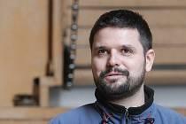 Jmenuji se Petr Komárek a jsem popularizátorem astronomie v Hvězdárně barona Artura Krause, která je součástí Domu dětí a mládeže ALFA Pardubice. Kromě pozorování trávím čas vedením zájmových kroužků, večer mám pak pozorování pro veřejnost. Na to abychom