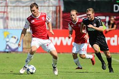 Duel FK Pardubice (v červenobílém) vers. MFK Chrudim  (v černém) na hřišti pod Vinicí v Pardubicích.