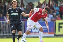 Utkání Fobalové národní ligy mezi FK Pardubice (ve červenobílém) a MFK Chrudim  (v černém) na hřišti pod Vinicí v Pardubicích.