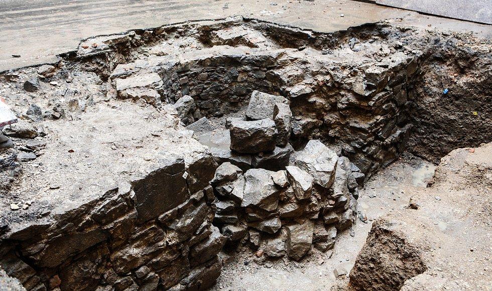 Archeologové zVýchodočeského muzea odkryli při rekonstrukci historické budovy bývalé zvláštní školy vprostoru rajského dvora bývalého kláštera zdivo původních pozdně středověkých domů z 15. století.