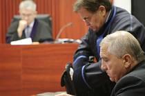 Obžalovaný Ján Kasič (vlevo) před soudem. Druhý obžalovaný, Svatopluk Kodet, požádal soud, aby jednal v jeho nepřítomnosti. Další jednání je na pořadu dne 23. listopadu.