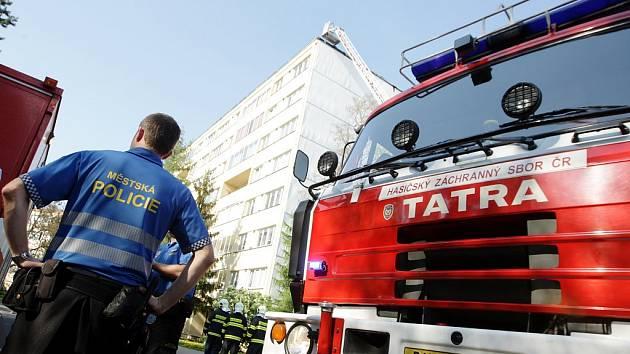 Požár střechy panelového domu v Polabinách. Právě se zde pokládala nová střecha.