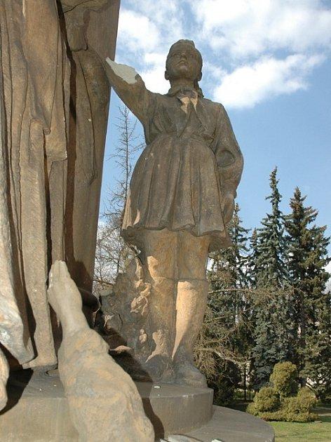 Neznámý vandal poničil Památník osvobození.