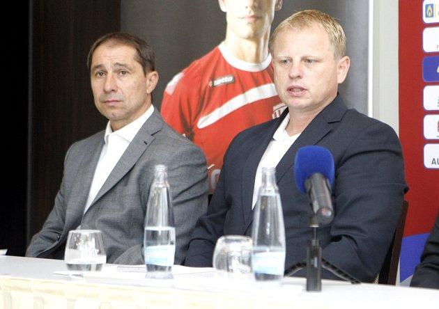 Ztiskové konference FK Pardubice. Sportovní ředitel klubu Vít Zavřel a předseda představenstva Vladimír Pitter (vpravo).