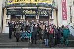 Studenti i divadelníci vyšli ven a stávkovali.