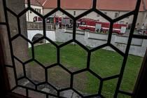 Profesionální hasiči z Pardubic a dobrovolní ze Starého Hradiště a Sezemic při taktickém cvičení na pardubickém zámku.