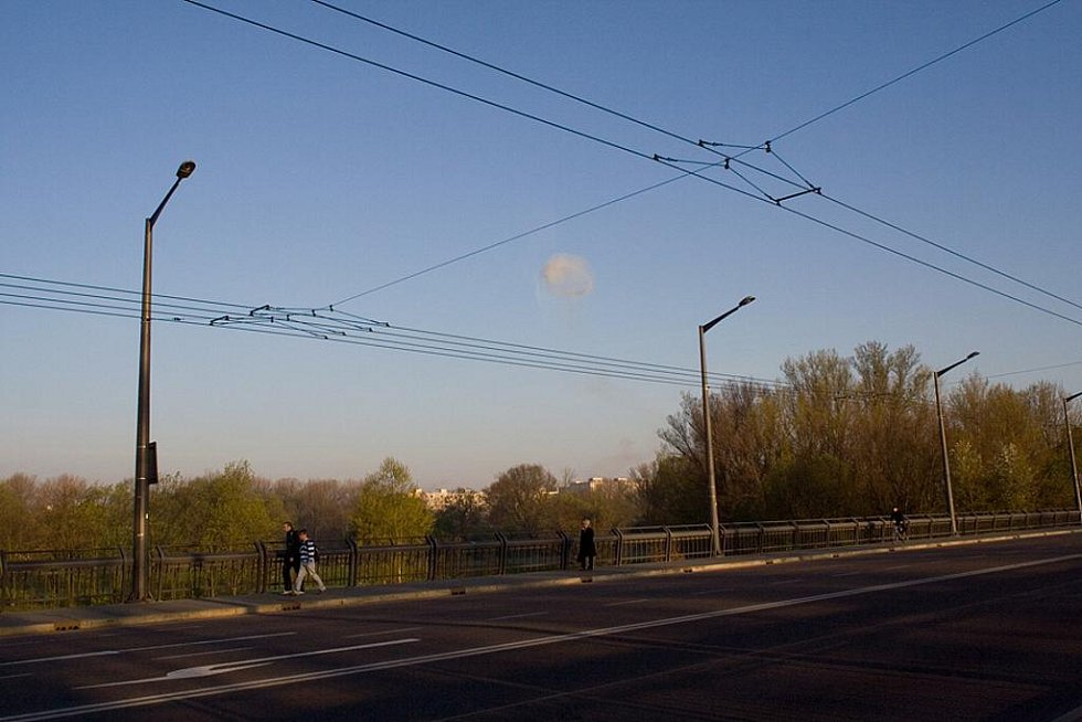 Po výbuchu byl vidět nad Semtínem i mrak. Zachyceno z Wonkova mostu.
