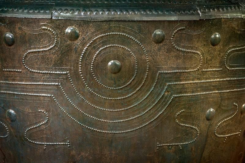 Východočeské muzeum v Pardubicích představilo senzační archeologický objev. Unikátní bronzové vědro z 9. století před Kristem. Sama nádoba je velmi vzácná, ale ukrývala i zajímavý obsah.Foto: Východočeské muzeum v Pardubicích