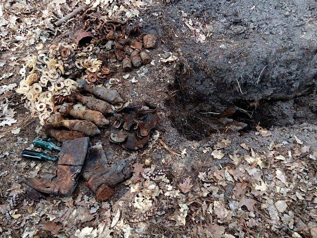 Nález munice u obce Spojil. V zemi ležely minometné střely, pěchotní granáty a další munice.