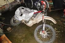Motocykl z garáže se pokousil vytlačit 20letý muž. Pachatel byl přitom v podmínce. S majiteli nemovitosti se přitom popral, a to doslova stylem zuby nehty.