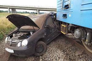 Řidička vjela pod vlak, ten auto probodl nárazníkem.