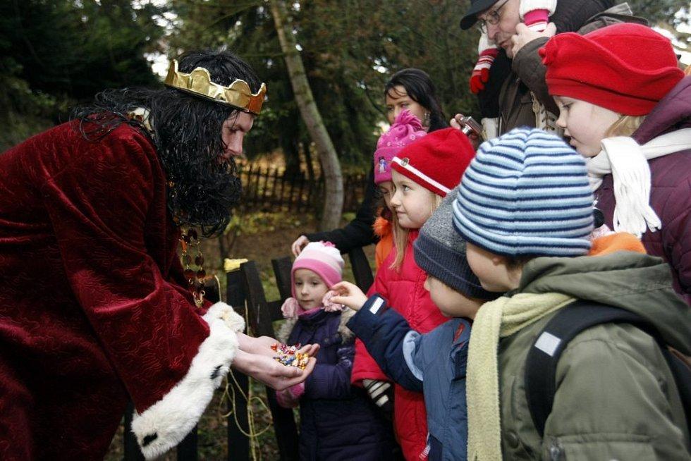 K vánočnímu betlému v Cholticích přivezli s předstihem své dary králové již o uplynulé sobotě. Areál zdejšího zámku tak opět posloužil jako kulisa nadcházejících Vánoc, v zámecké kapli zněly zpěvy sborů, na nádvoří si lidé nakoupili na vánočním jarmarku.