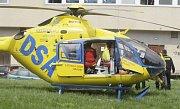 Pro dělníka, který se zřítil ze střechy, letěl do centra Pardubic vrtulník.