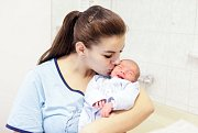 ALOIS NAVRÁTIL se narodil 8. ledna 58 minut po půlnoci. Měřil 47 centimetrů a vážil 2780 gramů. Maminku Vlastu podpořil u porodu tatínek Alois. Doma v Čepí na nového sourozence čeká roční Vlasta.
