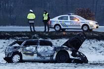 V ohořelém vraku vozidla zůstalo také tělo jeho řidiče.
