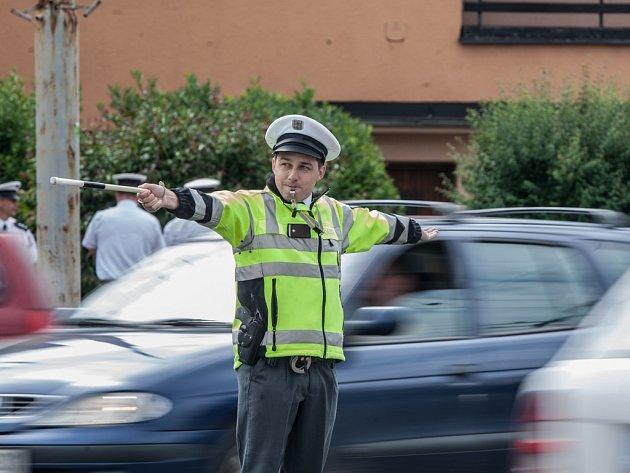 Šestadvacet dopravních policistů z Pardubického a Královéhradeckého kraje v Pardubicích soutěžilo v řízení křižovatky i jízdě zručnosti.