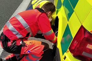 Záchranáři děkují. Muži jim pomohli vyměnit kolo