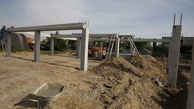 U CHRUDIMSKÉ silnice vzniká nový skladištní areál. Při kopání přípojky pro kanalizaci se zjistilo zamořené místo.