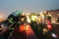 Hasiči poskytli technickou pomoc na Palackého třídě, kde vítr oderval plechové okraje střechy.