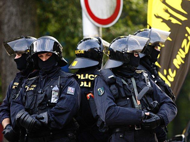 Opět policejní manévry. Na chování fanoušků před hokejovým stadionem i v ulicích města musely dohlédnout těžkooděnci z Královéhradeckého a Pardubického kraje.