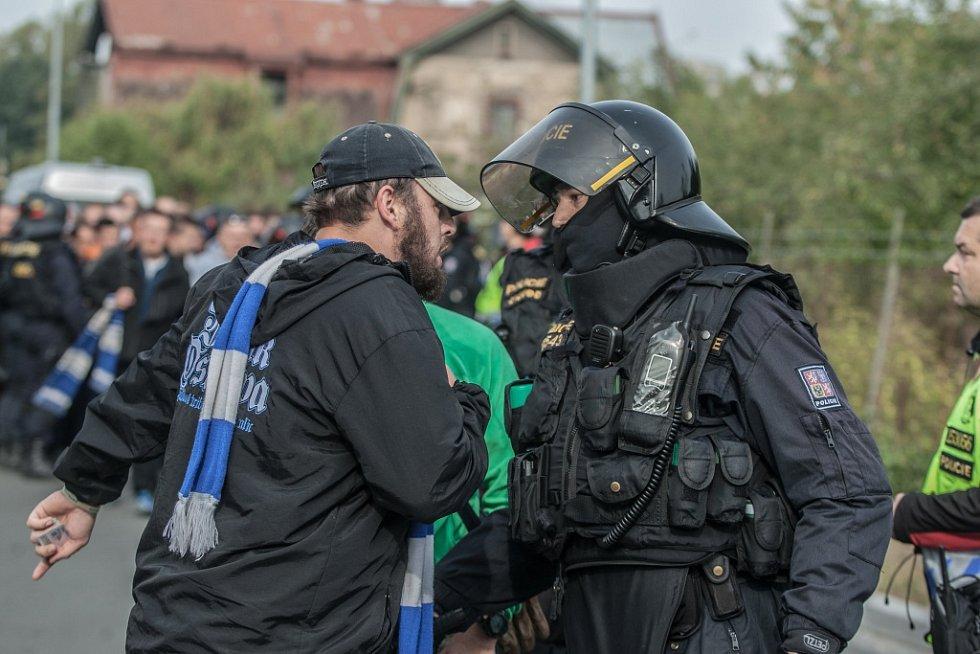 Fotbalové utkání mezi Pardubicemi a Baníkem bylo pod bedlivým dohledem policejních těžkooděnců.