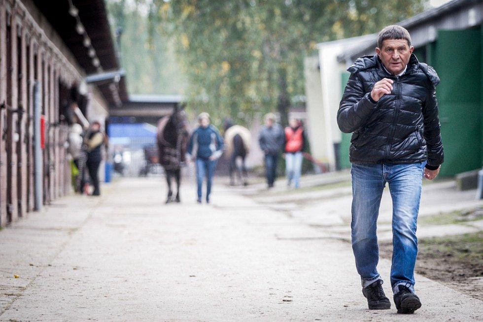 Josef Váňa v paddocku na pardubickém dostihovém závodišti.