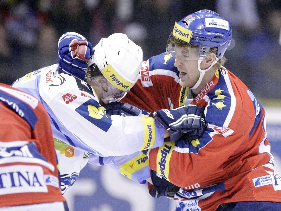 Kdo neviděl, snad uvěří. Aleš Hemský (vpravo) se rval! V tvrdém duelu s Kometou Brno se vytříbený technik pustil do křížku s Radimem Bičánkem a na body vyhrál.