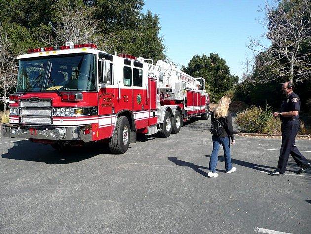 Automobilový žebřík hasičů v Mountain View, California.