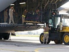 Nakládání munice do letounu Globemaster Kanadského královského letectva.