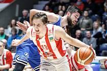 Poté následovalo basketbalové utkání Kooperativy NBL mezi BK JIP Pardubice (v červenobílém) a USK Praha (v modrém).