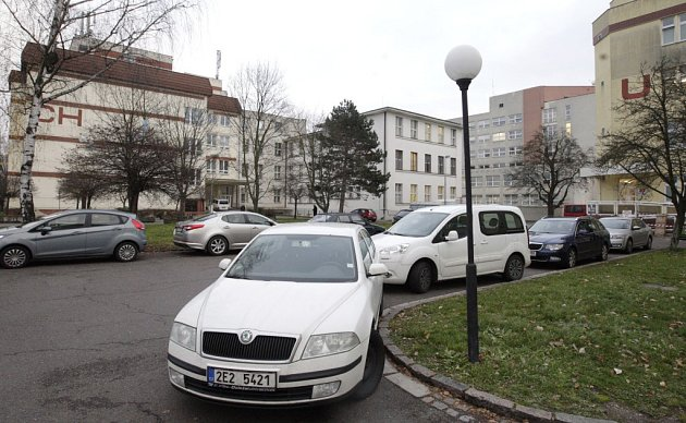Parkovacích míst u nemocnice by mohlo být víc.