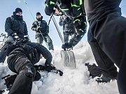 Policisté krajské pořádkové jednotky Pardubického kraje se připravují na letní měsíce. V Praze dnes cvičili v Trojském kanále  ovládání raftu.