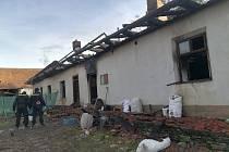 V troskách domu našli hasiči dvě ohořelá těla