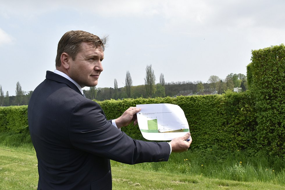 Ředitel Dostihového spolku Jaroslav Müller ukazuje, jak se promění Taxisův příkop.