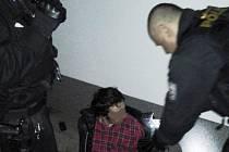 Zadržený pachatel krátce poté, co před strážníky vyskočil z okna.