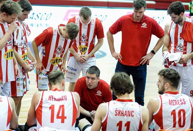 Pardubičtí basketbalisté (v pruhovaném) skončili v loňské sezoně na šesté příčce.