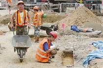 Práce archeologů na pardubické třídě Míru je pro kolemjdoucí unikání příležitostí vidět odborníky přímo v akci. Obvykle pracují na opuštěnějších místech, než je rušná městská ulice.