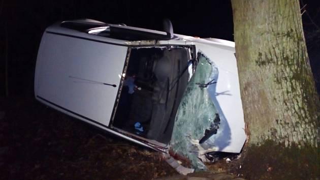 Tragická dopravní nehoda u Stéblové. Náraz do stromu v sobotu v noci nepřežil 47letý řidič.