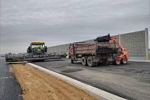 Výstavba úseku dálnice D35 mezi Opatovicemi a Časy, stav září 2021
